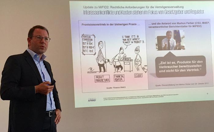"""Markus Lange von der KPMG Rechtsanwaltsgesellschaft bei seinem Vortrag """"Update zu MiFID II: Rechtliche Anforderungen für die Vermögensverwaltung"""""""
