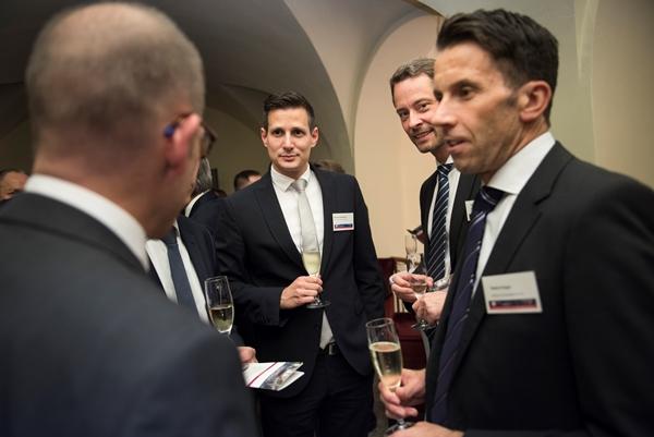 """Meinhard Stadelmann (M.) von der Hypo Landesbank Vorarlberg, die in der Kategorie """"Portfolioqualität"""" alle Mitbewerber hinter sich ließ."""