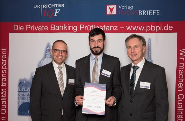 """Stefan Spieler von HSBC Deutschland mit der Auszeichnung für den 1. Platz der Bank in der Kategorie """"Transparenz"""""""