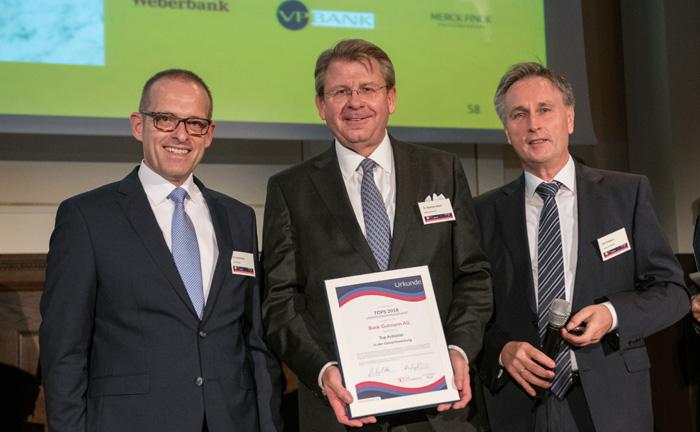 Matthias Albert (Mitte) von der Bank Gutmann mit der Auszeichnung als Top-Anbieter in der Gesamtwertung