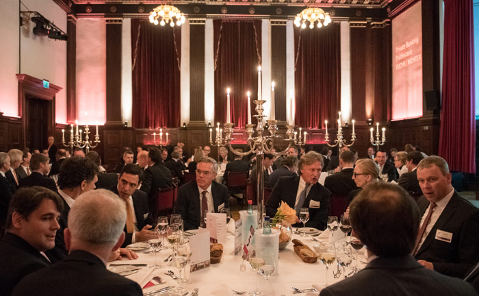 Die Gäste des Private Banking Gipfels an den Tischen.