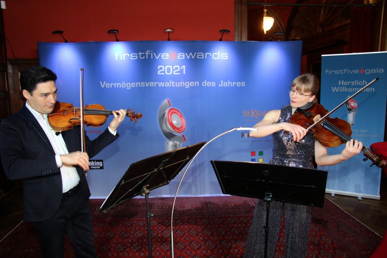 Auch dieses Jahr sorgten Liisa Randalu [Viola] und Erik Schumann [Violine], Mitglieder des preisgekrönten Schumann-Quartetts, für musikalischen Hochgenuss zur Begrüßung und Einstimmung auf die Preisverleihung.