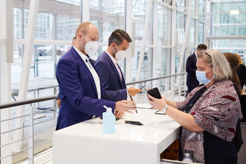 Dokumentation per Handy: Die meisten Gäste des private banking konkress führen ihren Nachweis in digitaler Form mit sich.
