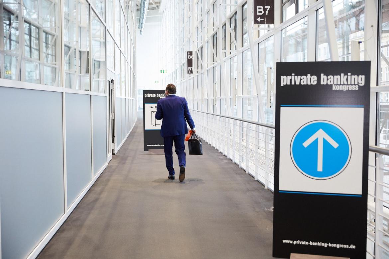 Hier entlang bitte: Wegweiser zeigen den Gästen des 22. private banking konkress in Hamburg den Weg zum Spitzentreffen der Private-Wealth-Branche.