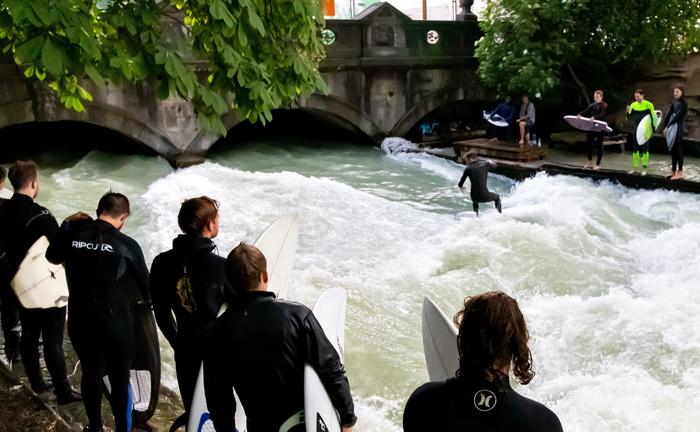 München: Wellenreiter warten im Englischen Garten in der bayerischen Landeshauptstadt auf ihren Einsatz.