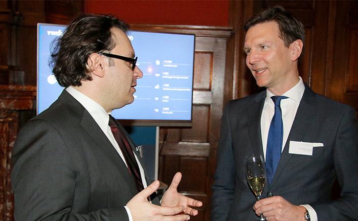 Christian Janas (r.) Leiter Vermögensverwaltung der DJE Kapital, im Gespräch mit Michael Rath von der Raiffeisen-Kapitalanlage-Gesellschaft.