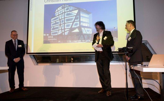 Die diesjährige Veranstaltung fand in der Humboldt-Box (auf der Leinwand zu sehen) in Berlin statt: Christian Hank (M.) von PSplus Portfolio Software + Consulting.