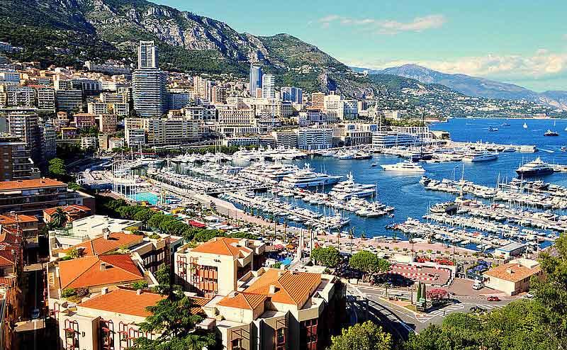 Einer der bedeutendsten Yachting-Hotspots weltweit ist das Fürstentum Monaco. Nicht umsonst zählt der Port Hercule in Monte-Carlo zu den renommiertesten Yachthäfen im Mittelmeerraum. Mit Anlegekosten in Höhe von 1.074 Euro belegt der einzige Tiefwass