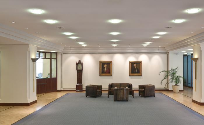 Kassenhalle der Berenberg Bank in Hamburg: Kunden-Service wird beim Hamburger Traditionshaus groß geschrieben, wie die Umfrageteilnehmer bestätigen.