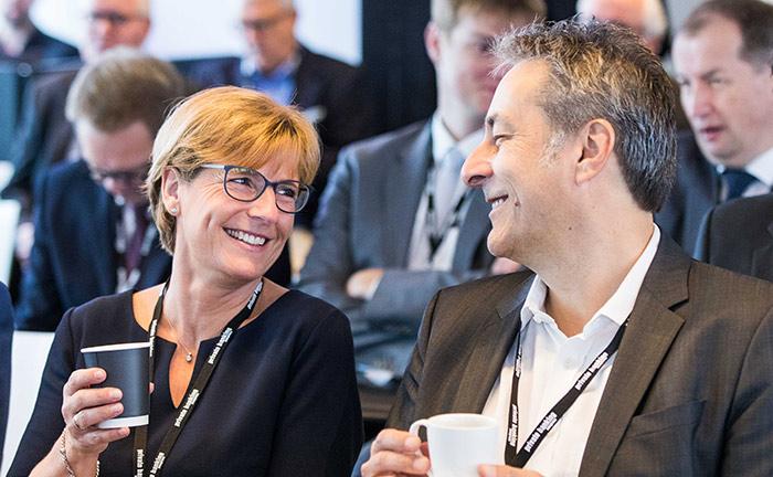 Anja Franck von Magnolia Vermögensmanagement und Holger Schroeder von Cloud Capital erwarten den Beginn der Veranstaltung.