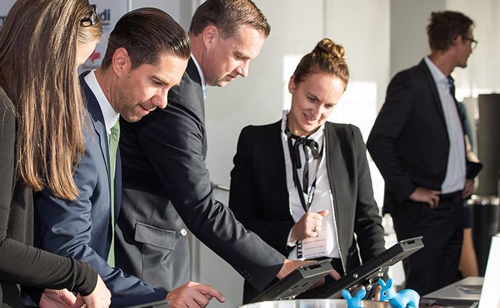Zum Start melden sich die Gäste des 19. private banking kongress an der Registrierung per Touchscreen an und erhalten ihr Namensschild. Bei Fragen hilft das Organisationsteam.