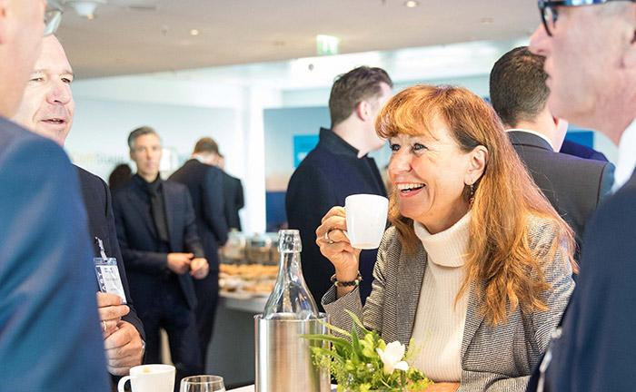 Entspannte Atmosphäre bereits vor dem ersten Vortrag, hier Yvonne Grassé von der Bank Julius Bär im Gespräch bei einer Tasse Kaffee.