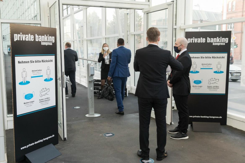 Auftakt zum 21. private banking kongress in Hamburg: Wie hier an der Registrierung gilt auf der gesamten Veranstaltung, Rücksicht nehmen und Hygienevorschriften einhalten.