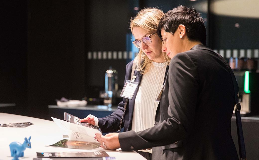 Judith Kempe (l.) und Sandra Löfflad von der Sparkasse Markgräflerland werfen einen Blick ins Programm.