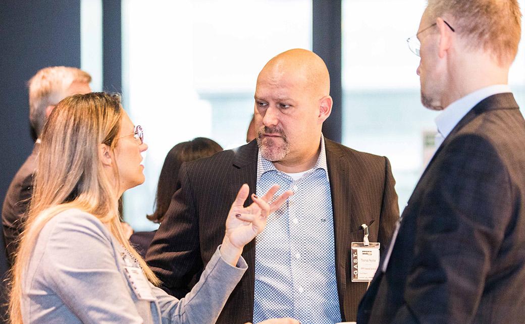 Thomas Peychal (M.), Geschäftsführer beim Wiener Vermögensberater PPP Financial Solutions, tauscht sich aus mit Marlene Heindl von der Volksbank Wien und einem weiteren Gast.