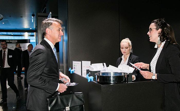 Das Organisationsteam begrüßt die Gäste zum 14. private banking kongress in Wien.