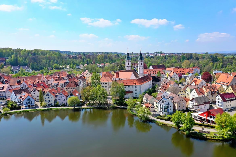 Bad Waldsee von oben: In der baden-württembergischen Stadt hat der Family Office Münster Stegmaier Rombach einen ihrer drei Standorte.