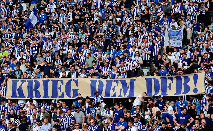 Hertha-Fans zeigen ihren Unmut gegenüber dem Deutschen Fußballverband.