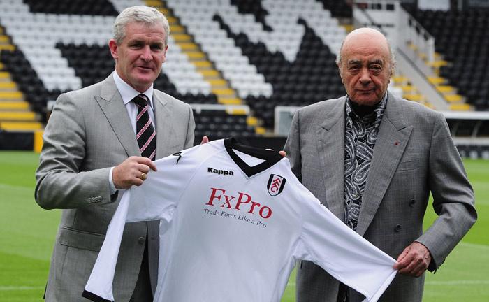 Mohamed Al-Fayed (r.), ehemaliger Eigner des FC Fulham, stellt 2010 Mark Hughes als neuen Trainer des Premier-League-Clubs vor.