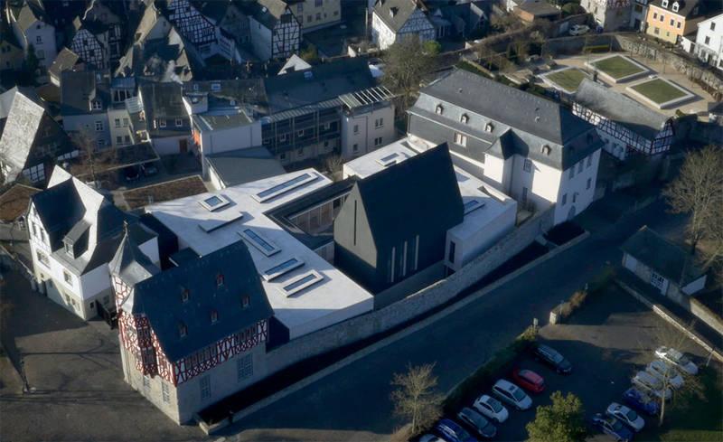 """""""Limburger Protzbau"""": Das Diözesane Zentrum in Limburg aus der Vogelperspektive"""
