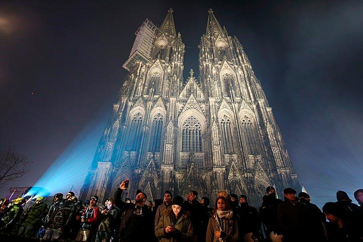 Mit gut 157 Metern Höhe nach dem Ulmer Münster das zweithöchste Kirchengebäude Europas, aber nur 27 Euro wert: der Kölner Dom aus der Froschperspektive
