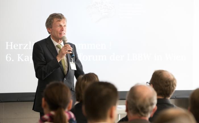 Robert Leitl von der LBBW-Repräsentanz Wien und Leiter Capital Markets begrüßt die Gäste