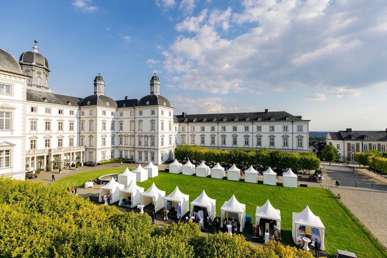 In diesem Jahr fand die Finpro als hybride Veranstaltung statt. Sowohl auf Schloss Bensberg als auch virtuell trafen nationale und internationale Branchenexperten von Versicherungen, Pensionskassen und Versorgungswerken zusammen.