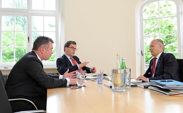 Jens Spudy (links) und Kurt von Storch, Flossbach & von Storch (rechts), im Gespräch mit Redakteur Malte Dreher.|© Thomas Görny