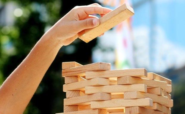 Anfangs wächst auch der Jenga-Turm einfacher - und schneller. |© Quelle: Pixelio
