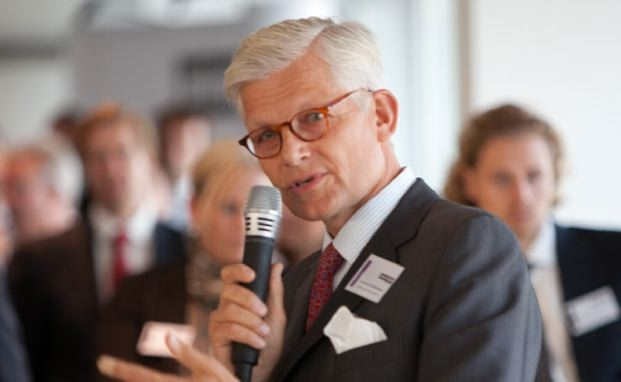 Konstantin Mettenheimer hält seinen Vortrag auf dem Private Banking Kongress.
