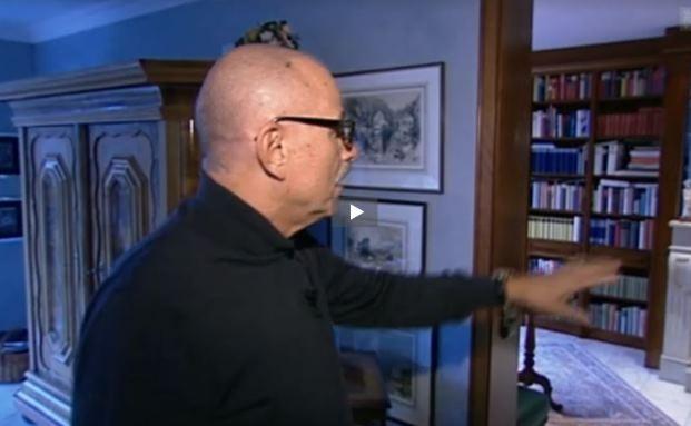Lutz Scheider zeigt den Reportern des Schweizer Fernsehens, wo die Steuerfahnder in seiner Villa nach Bankdaten gesucht haben.