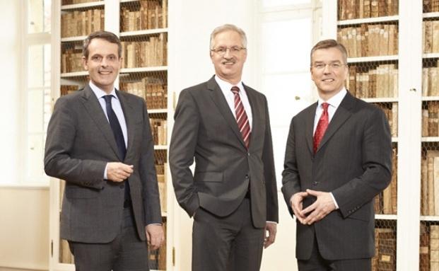 Hier noch bei der Fürstlich Castell'sche Bank: Thilo H. Wendenburg (rechts). Daneben Sebastian Klein (links) und Klaus Vikuk