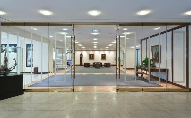 Hier dürfte man sich über die jüngste Telos-Umfrage freuen: Eingangshalle der Berenberg Bank in Hamburg