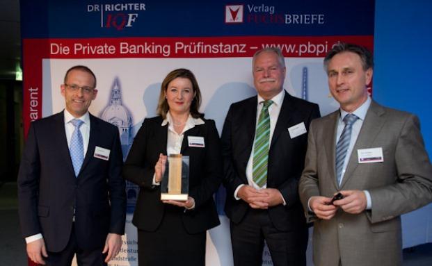 Ralf Vielhaber (rechts), Geschäftsführer des Fuchsbriefe-Verlags, mit Teilnehmern des letztjährigen 10. Berliner Private Banking Gipfels|© Fuchsbriefe