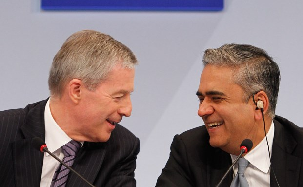 Jürgen Fitschen (l.) und Anshu Jain: Im Jahr verdient der eine Co-Chef 2,7 Millionen Euro mehr als der andere.