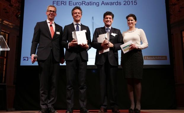Alexander Lehmann (2.v.r.) von Invesco bei der Preisverleihung des Feri-Awards: Mit dabei Tobias Schmidt von Feri (l.), Jessica Schwarzer (r.) von Handelsblatt Online und Andrea Baron von MFS Investment Management. (Foto: Feri)
