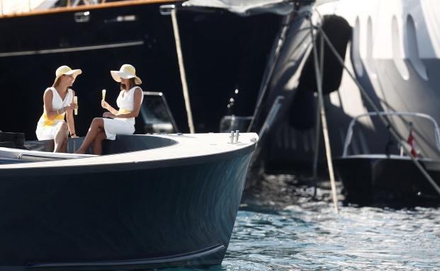 Betuchte Damen bei der Monaco Yacht Show im September 2014: Wer es gut am Lebensabend haben will, muss vorsorgen. Viele Gestaltungsmöglichkeiten bieten Versicherungen|© Bloomberg