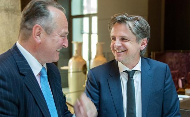 Dr. Karl Pilny (l.) mit Peter Ehlers Herausgeber des private banking magazins. |© Fotos: Christian Scholtysik / Patrick Hipp