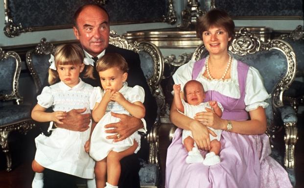 Fürstin Gloria von Thurn und Taxis mit ihrem 1990 verstorbenen Mann Johannes und ihren drei Kindern.|© Horst Ossinger/dpa