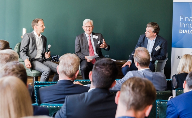 "Dr. Konstantin Mettenheimer (Mitte) spricht mit Björn Siegismund (links), Laransa Private Wealth, und Malte Dreher, private banking magazin, diskutieren im Rahmen der ""Finance & Innovation"""