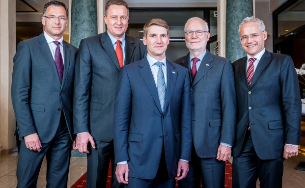 Andreas Grünewald, Vorstandschef des VuV, umringt von seinen Vorstandskollegen Thomas Buckard, Uwe Eilers (v.l.) und Peter W. Kolberg, Martin Wiegelmann (v.r.)