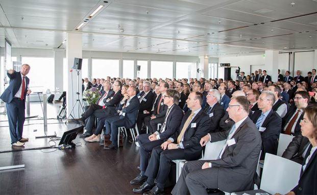 Bekam Standing Ovations: Gehirnforscher Manfred Spitzer vor vollen Rängen auf dem 9. private banking kongress