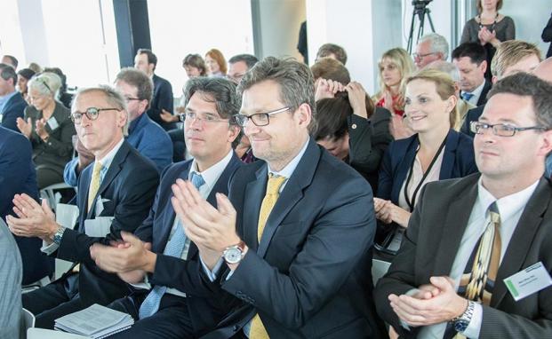 Das Publikum applaudiert dem Vortrag von Hamburgs ehemaligem Bürgermeister Klaus von Dohnanyi auf dem private banking kongress 2015 in Hamburg|© Christian Scholtysik, Patrick Hipp