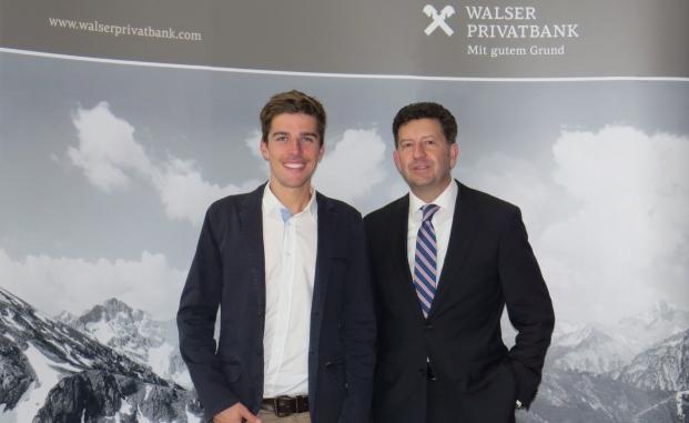 Der neue Markenbotschafter der Walser Privatbank: Johannes Rydzek (li.), Doppelweltmeister in der Nordischen Kombination, und Markus Kalab von der Walser Privatbank