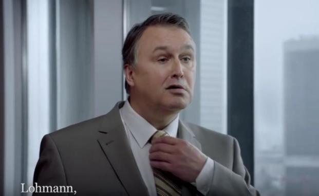 Bekannten als Kundenschreck aus bisherigen Sparkassen-Werbespots: Bankmitarbeiter Lohmann von der 08/15-Bank