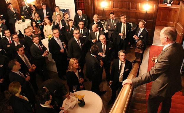 Jürgen Lampe empfängt die Gäste zur Firstfive-Gala in der Villa Bonn in Frankfurt |© Sabine Antonius