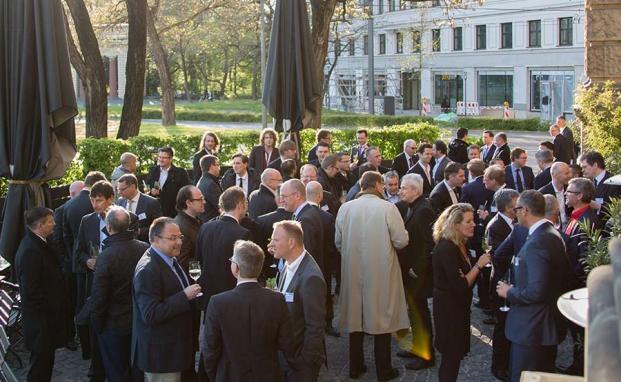 Private banking kongress 2016 in München: Nach den Vorträgen im Sofitel München ging es zur Abendveranstaltung im Heart. Die Frühlingssonne lud die Teilnehmer zum Netzwerken auf die Terrasse ein.