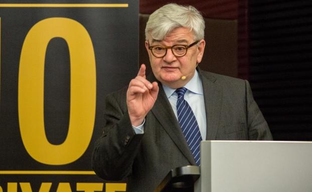 Ex-Außenminister Joschka Fischer bei seinem Vortrag auf dem private banking kongress über die wirtschaftliche Lage Europas