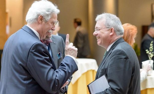 Otto Lucius (l.) vom österreichischen Finanzplaner Verband im Gespräch mit dem Europaabgeordneten Markus Ferber.