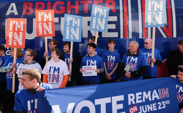 Brexit-Gegner vor einem Bus der No-Kampagne